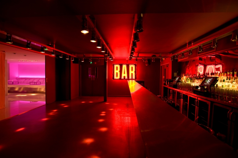 Supperclub's lobby bar is all about the backless sofas and the dim lighting.